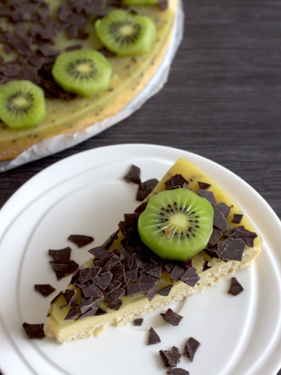 Healthy pie with lemon filling and kiwi topping